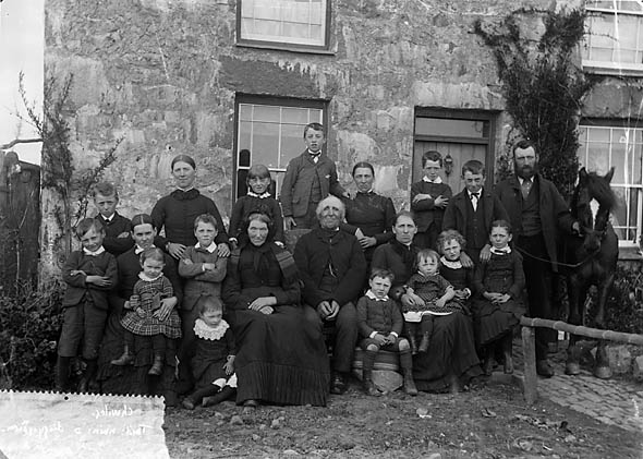 large_family_group_chwilog_nlw3363021